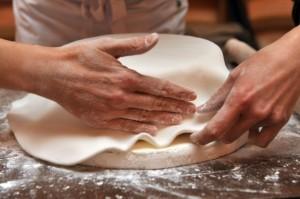 Far Aderire la Pasta alla Torta ed Eliminare le Pieghe lungo i Bordi