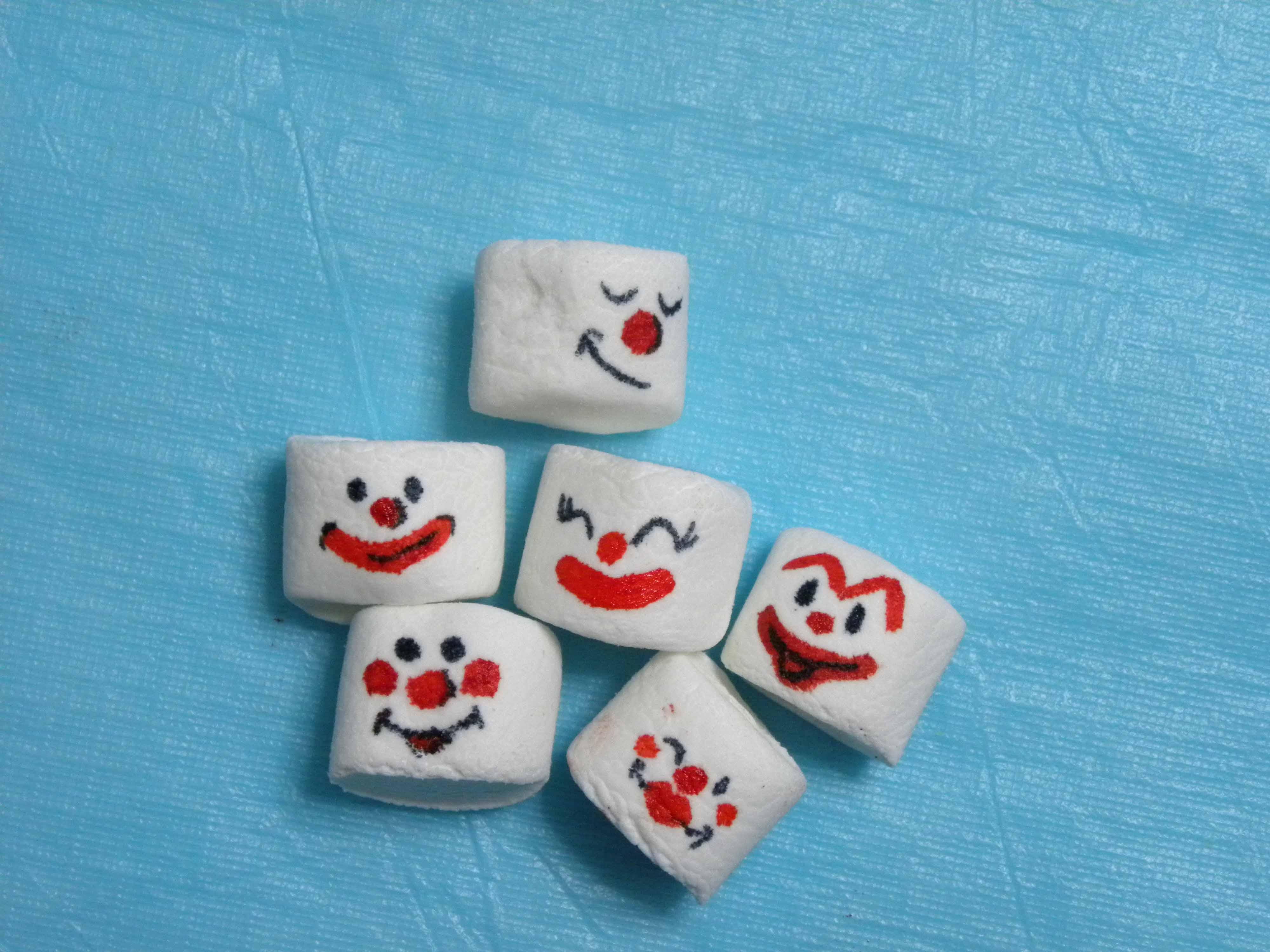 Disegnare i Volti dei Pagliacci sui Marshmallows
