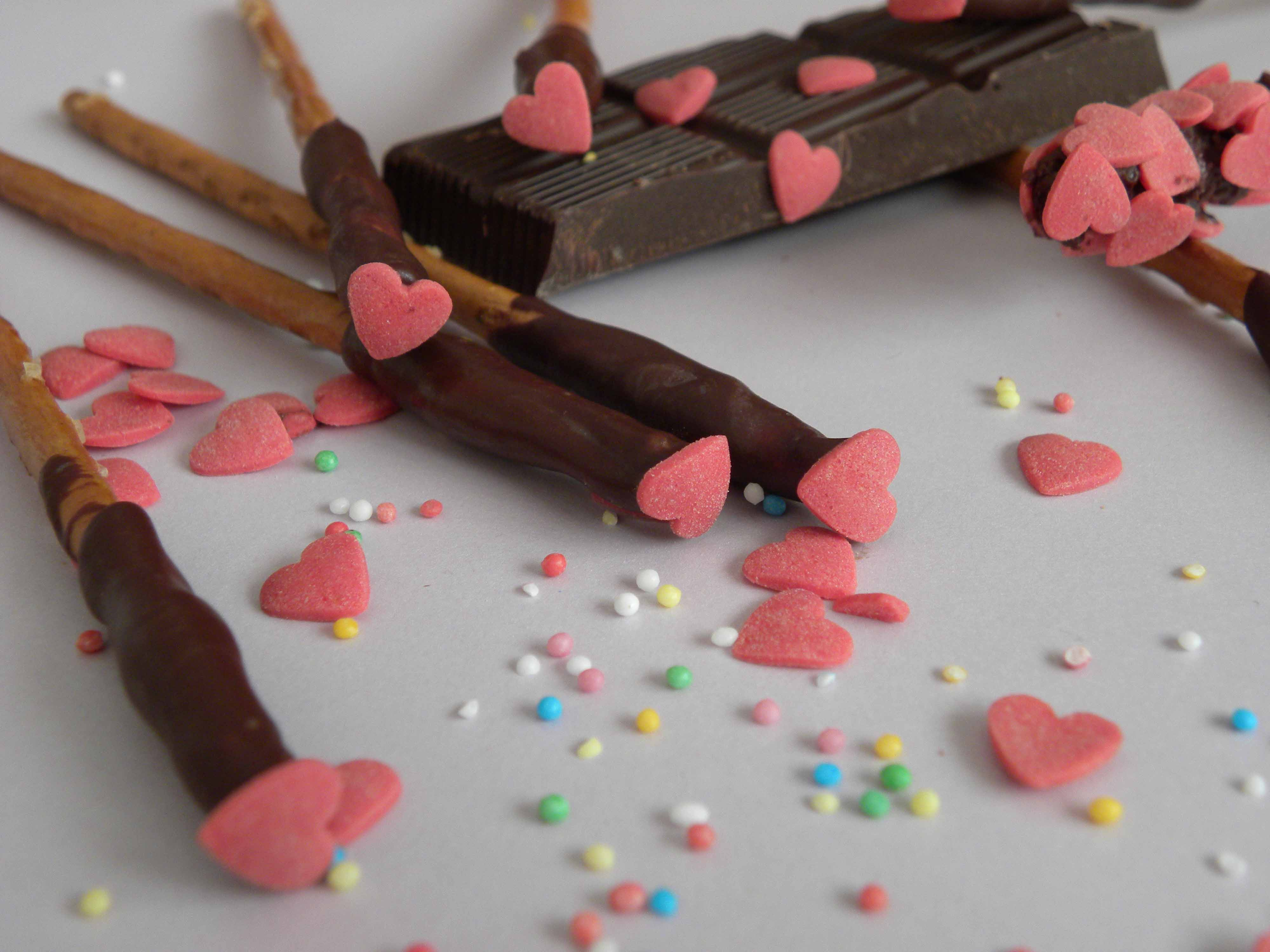 Decorare i Pretzel con i Cuoricini di Zucchero