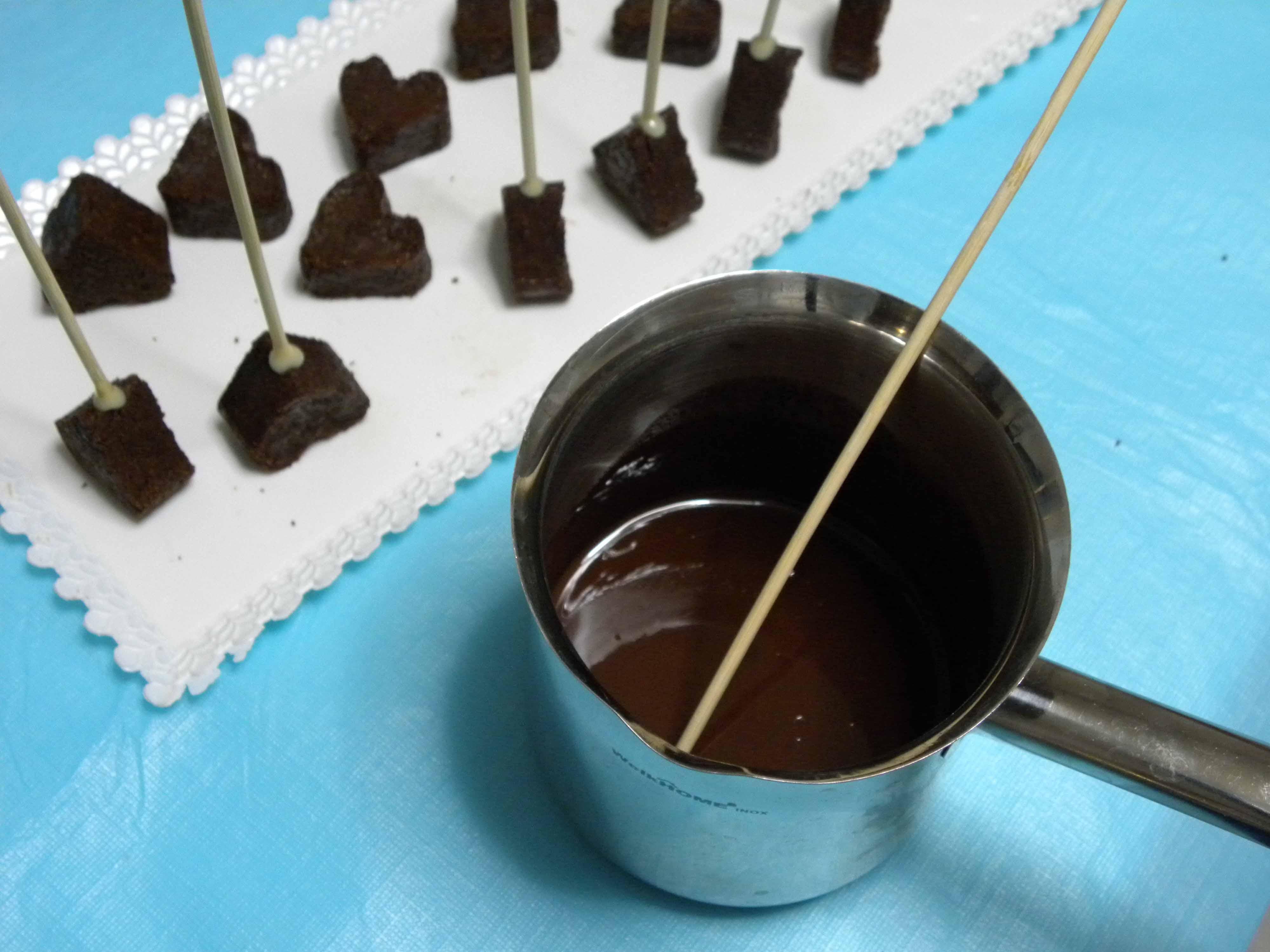 Intingere uno stecchino nel Cioccolato fuso e Fissarlo alla Base dei Cuori