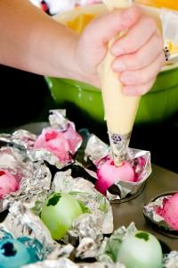 Versare l'Impasto dei Cupcakes nei Gusci