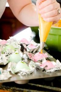 """Versare la Crema al Formaggio per Creare il """"Tuorlo"""" dell'Uovo"""