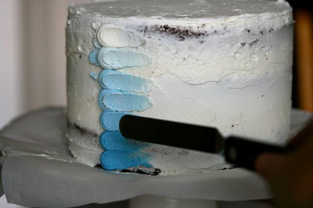 Tutorial: Come Decorare una Torta con la Panna-Mettere la Panna sulla Torta e Tirare Leggermente con la Spatola