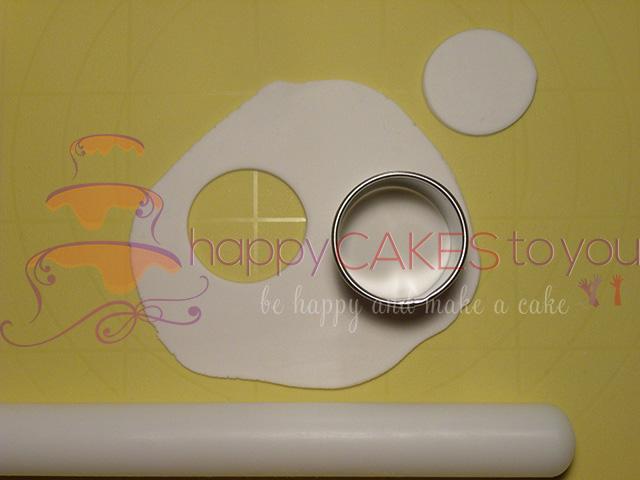 Stendere la Pasta di Zucchero e Ricavare Due Cerchi