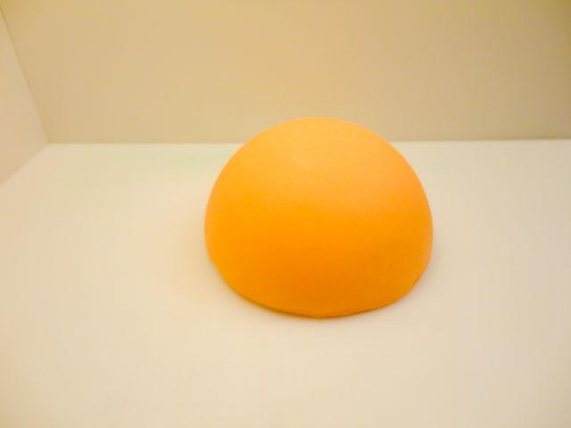 Ricoprire la Torta con la Pasta di Zucchero Arancione