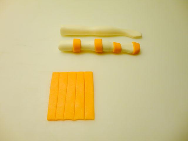 Ritagliare delle Strisce di Pasta per Creare le Calze