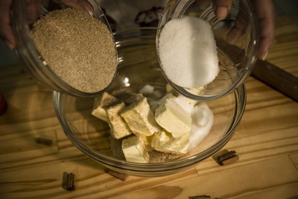 Versare in una Terrina il Burro, lo Zucchero Semolato e lo Zucchero di Canna