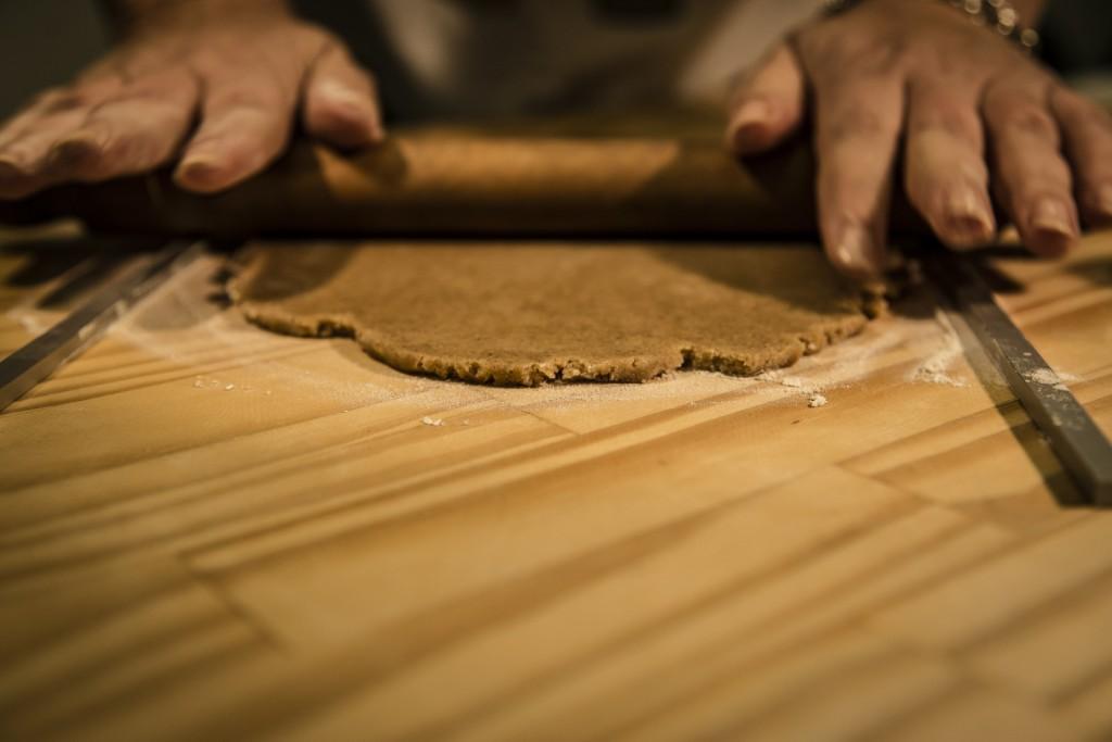 Utilizzare gli Spessori per Stendere la Pasta in Modo Uniforme