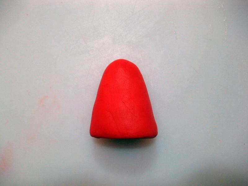 Formare un Cono con la Pasta di Zucchero Rossa