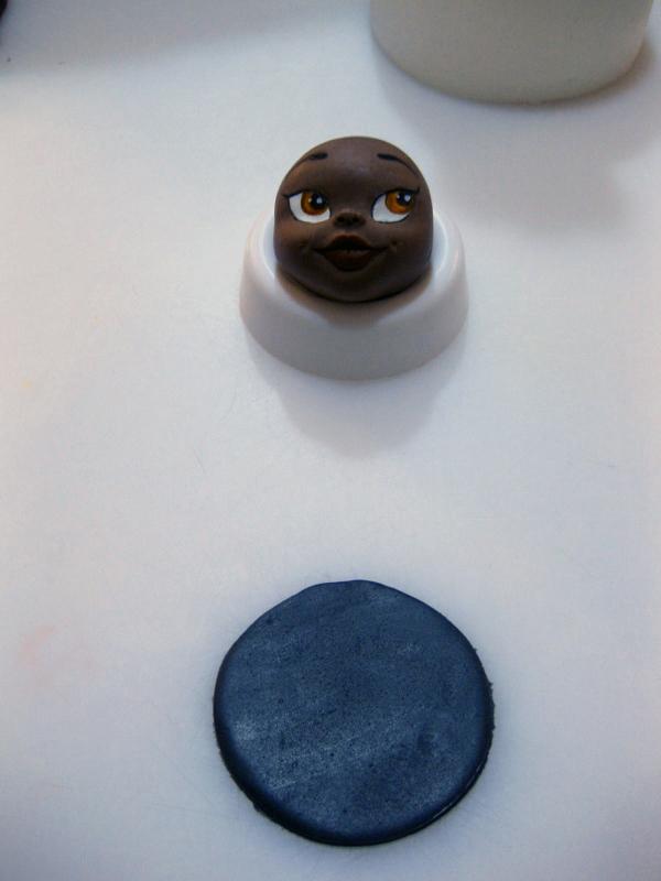 Ritagliare un Disco di Pasta di Zucchero Nera