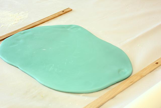 Stendere la Pasta di Zucchero Color Tiffany