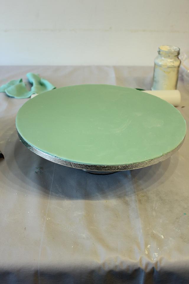 Tagliare la Pasta di Zucchero in Eccesso e Definire i Bordi del Vassoio