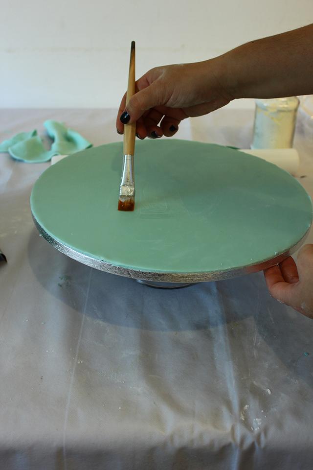 Spennellare il Vassoio con la Colla e Posizionare le Torte