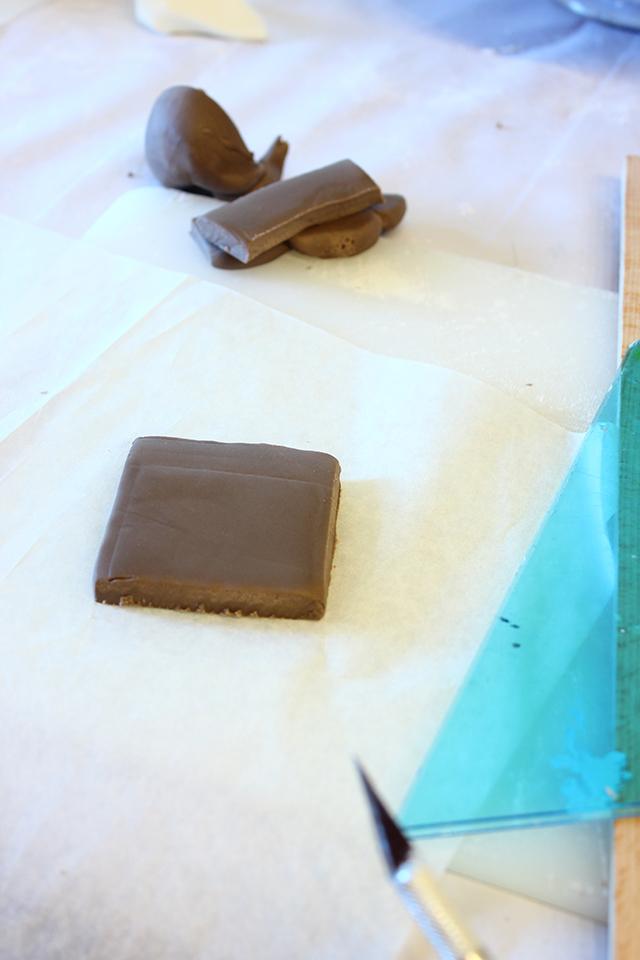 Stendere un Quadrato di Pasta di Zucchero Marrone
