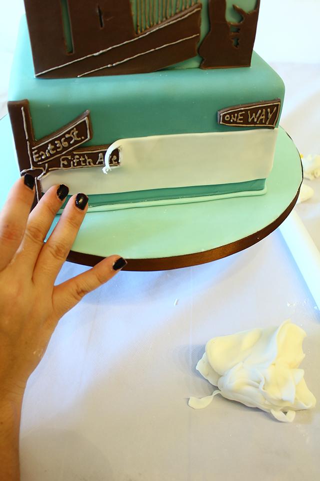Applicare la Pasta di Zucchero alla Base della Torta