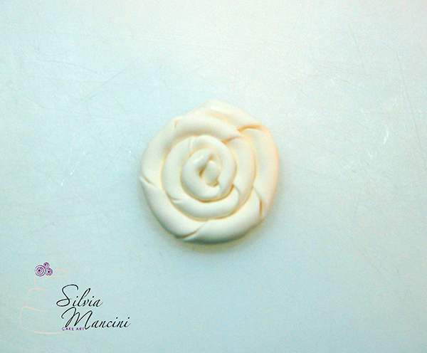 Arrotolare la Pasta di Zucchero fino ad Ottenere una Rosa