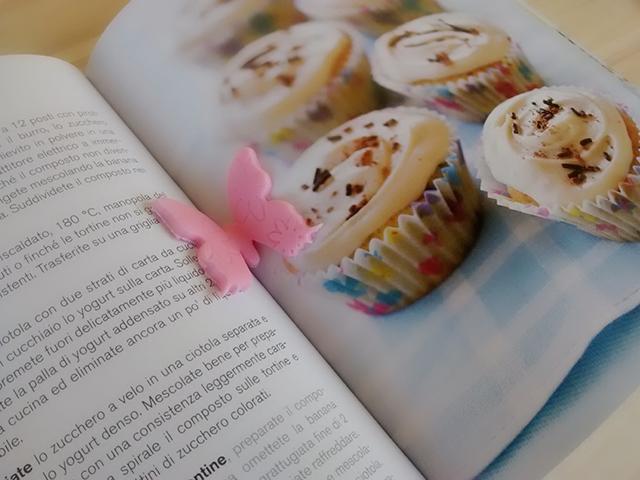 Far Asciugare la Farfalla in Pasta di Zucchero tra le Pagine di un Libro