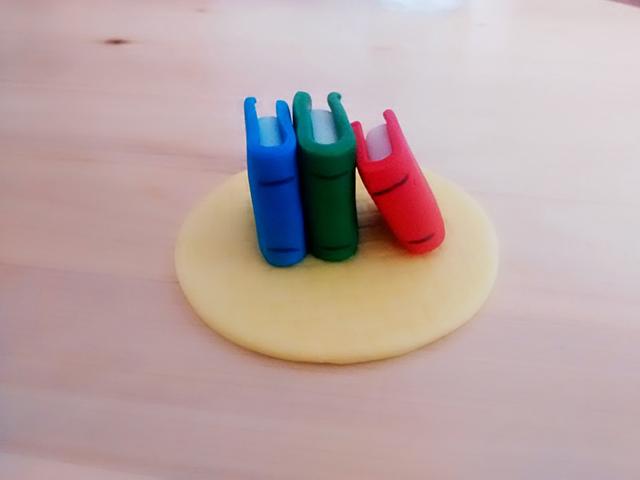 Tutorial Cake Design Topper Cupcake con Libri di Scuola-Disegnare dei Particolari sui Libri con il Pennarello Alimentare