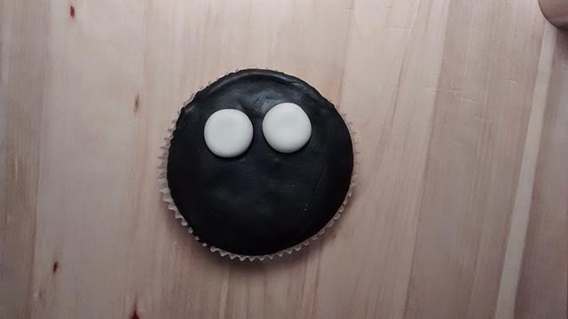 Applicare gli Occhi della Mummia sul Cupcake
