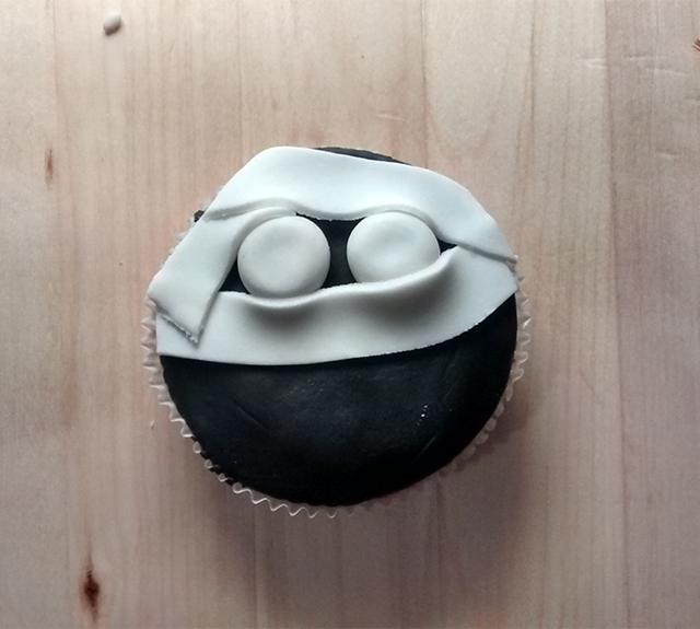 Applicare le Strisce di Pasta di Zucchero sul Cupcake