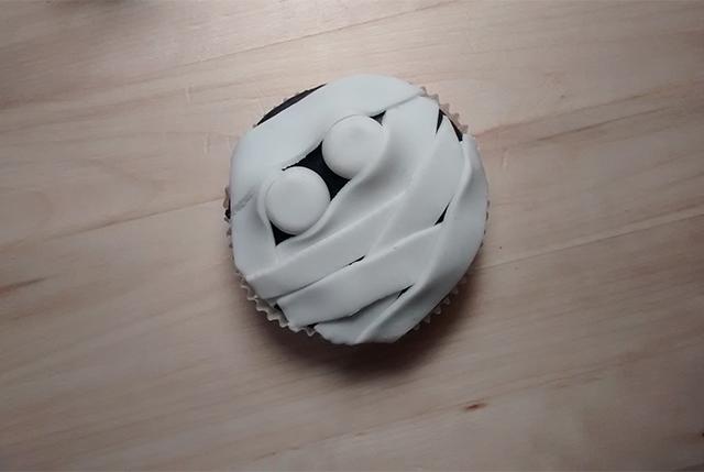 Rivestire il Cupcake con le Strisce di Pasta di Zucchero Bianca