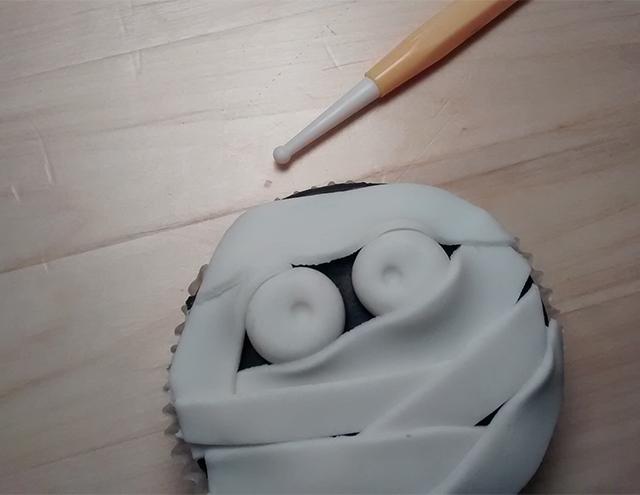 Incidere la Pasta di Zucchero Bianca con il Ball Tool Piccolo