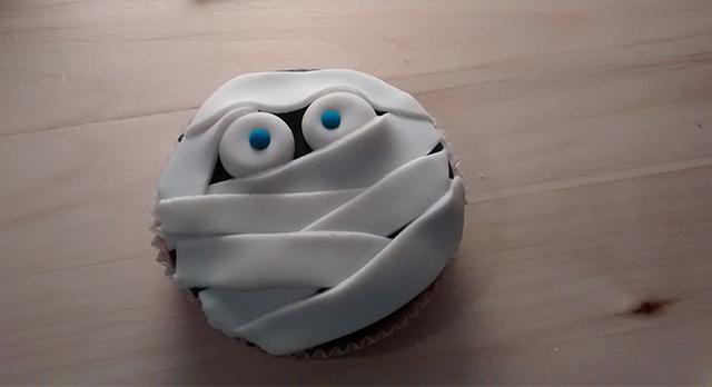 Completare la Mummia con la Pasta di Zucchero Azzurra
