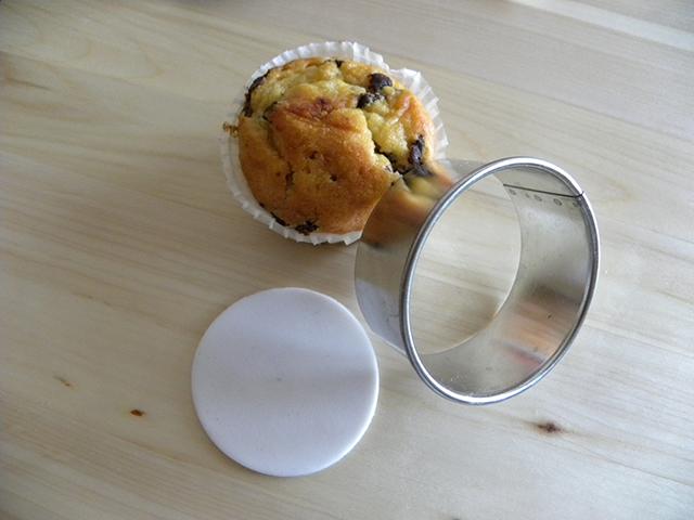 Tagliare un Disco di Pasta di Zucchero Bianca con il Tagliapasta Rotondo