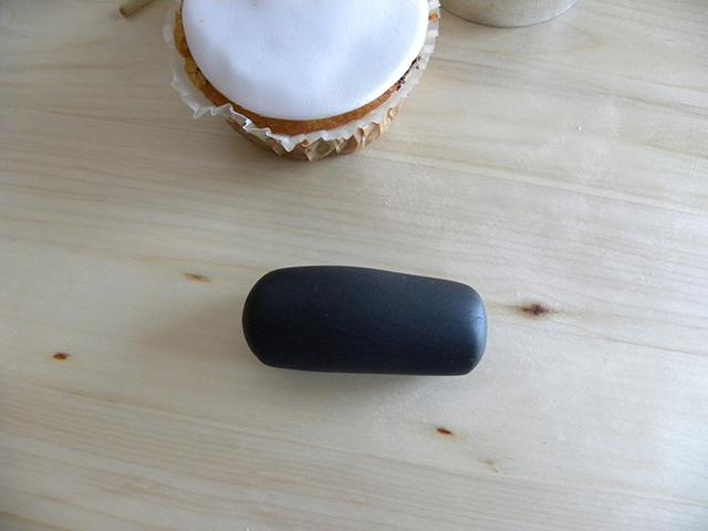 Modellare un Rotolino con la Pasta di Zucchero Nera