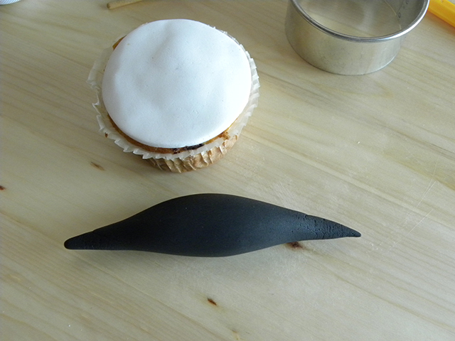 Modellare la Pasta di Zucchero per Creare la Forma dei Baffi