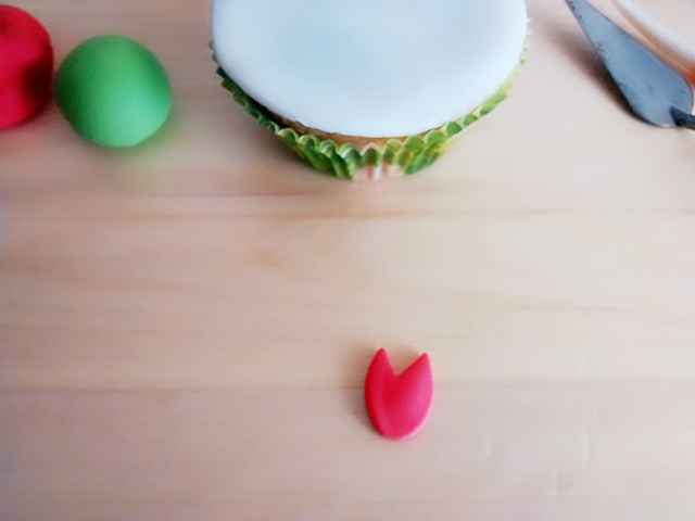 Incidere la Pasta di Zucchero Rossa per Creare i Petali del Tulipano
