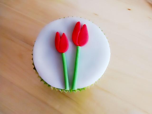 Incollare i Tulipani di Pasta di Zucchero sul Cupcake