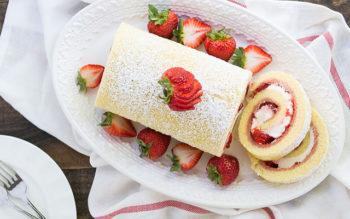 Rotolo di Pasta Biscotto con Panna e Fragole