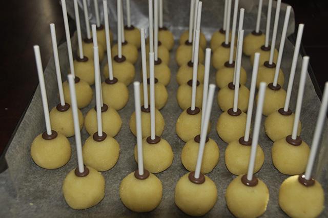 Cake Pops di Halloween il Calderone della Strega-Intingere gli Stecchini nel Cioccolato e Far Asciugare