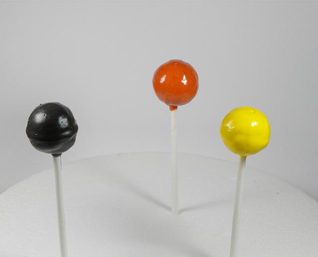 Cake Pops di Halloween: la Zucca-Rivestire il Cake Pops con i Candy Melts Arancioni