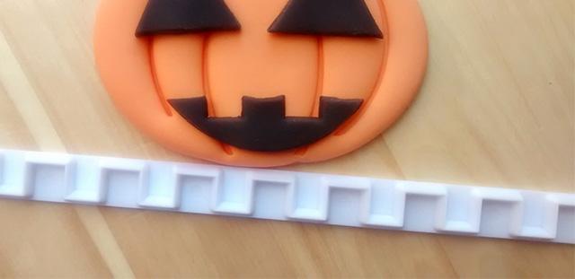 Tutorial Cake Design Cupcakes di Halloween con Zucca in PDZ Utilizzare il Tagliabordi per Creare la Bocca della Zucca