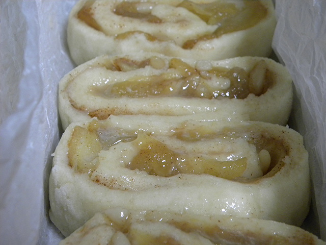 Girelle di Mele e Cannella Senza Glutine e Senza Latte-Servire Calde con la Glassa di Zucchero a Velo