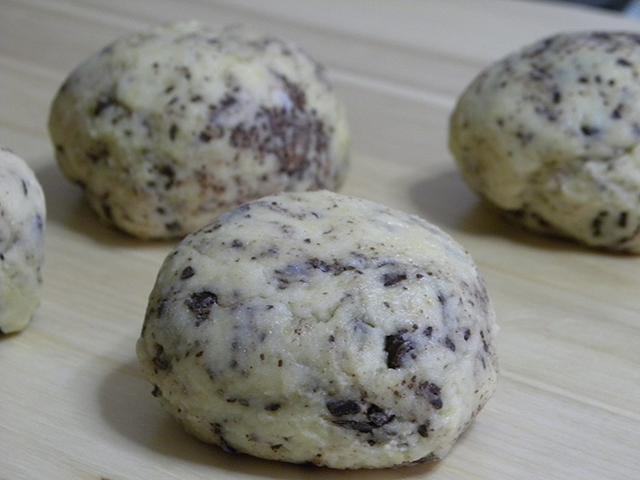 Mini Panettoni di Natale Senza Glutine con Gocce di Cioccolato-Formare una Pallina con l'Impasto