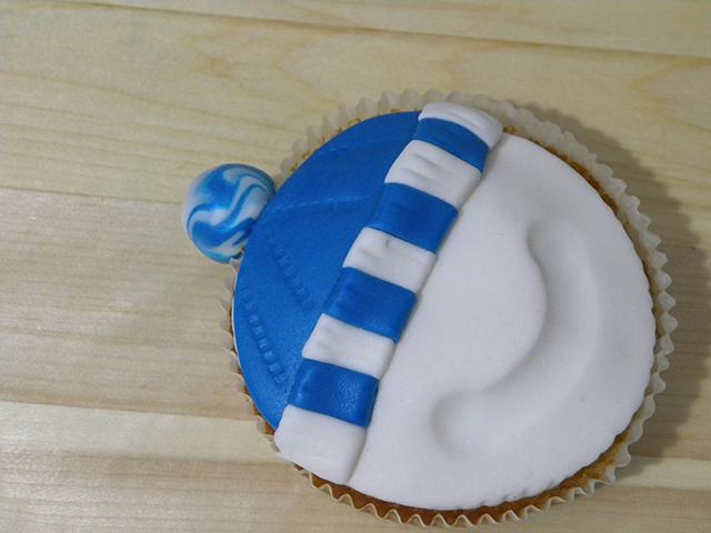 Tutorial di Natale: Cupcake Pupazzo di Neve-Applicare il Pon Pon al Cappello del Pupazzo di Neve