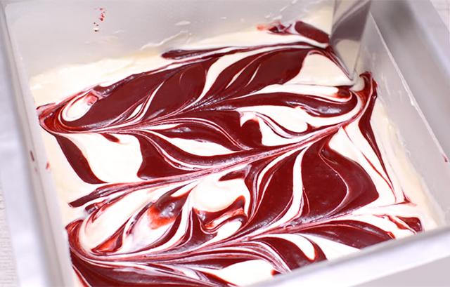 Red Velvet Cheesecake Brownies: Creare l'Effetto Marmorizzato con la Spatola