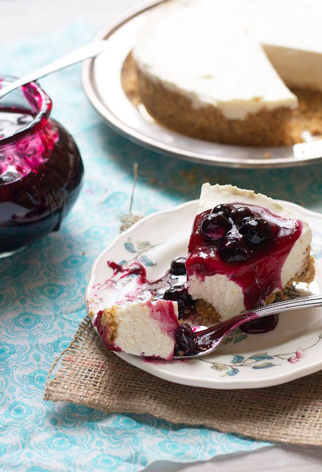 Cheesecake Fredda ai Frutti di Bosco-Servire la Cheesecake con la Glassa ai Frutti di Bosco
