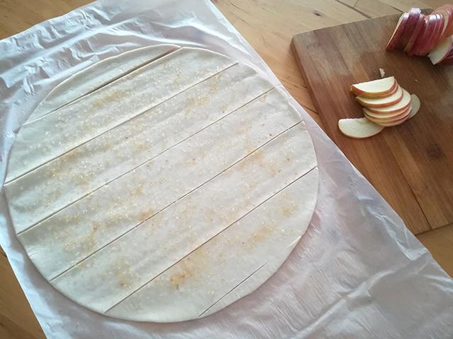 Rose di Mele- Tagliare la Pasta Sfoglia Senza Glutine per Ricavare delle Strisce
